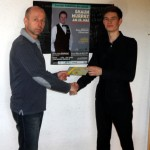 Turniersieger Daniel Dück bekommt Gutschein von Veranstalter Lai Letzelter überreicht.